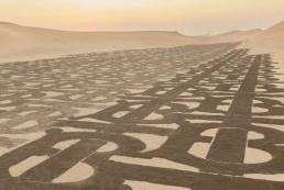 Burberry «забрендировал» песчаные дюны в рекламе коллекции TB Summer Monogram