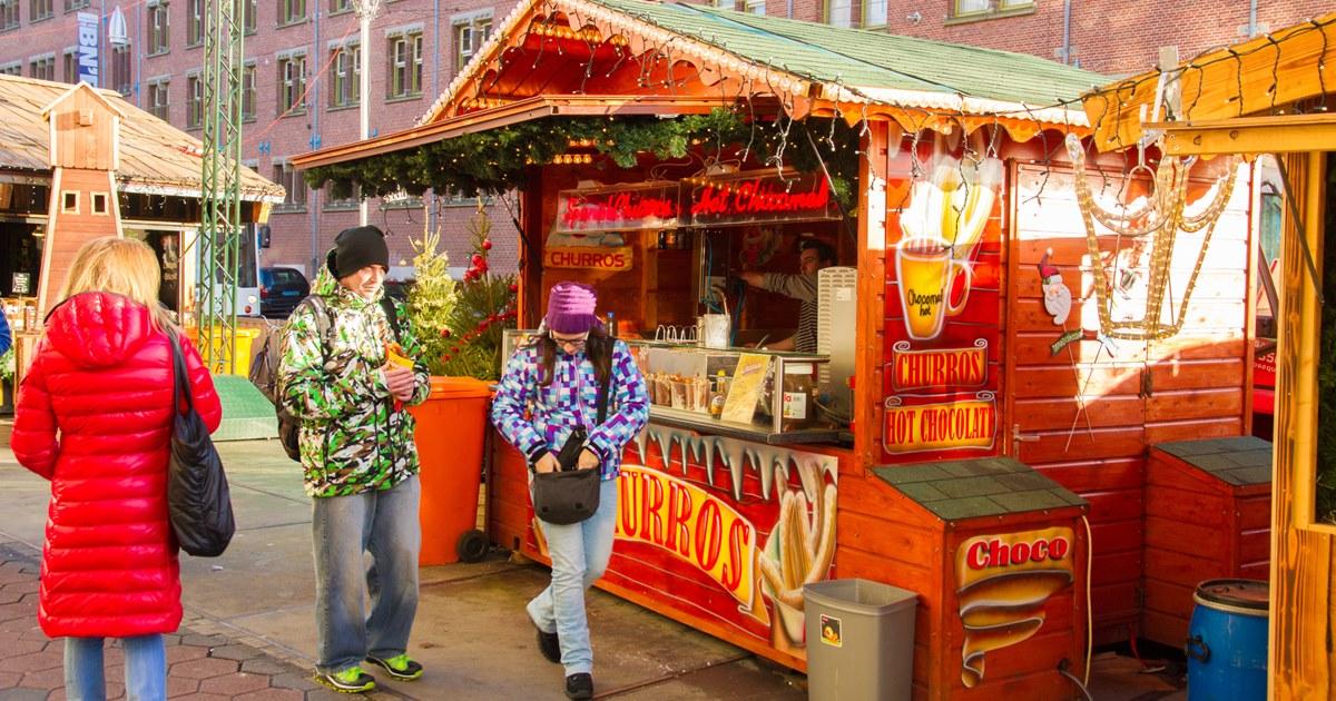 Больше половины опрошенных россиян сократят бюджет на новогодние подарки