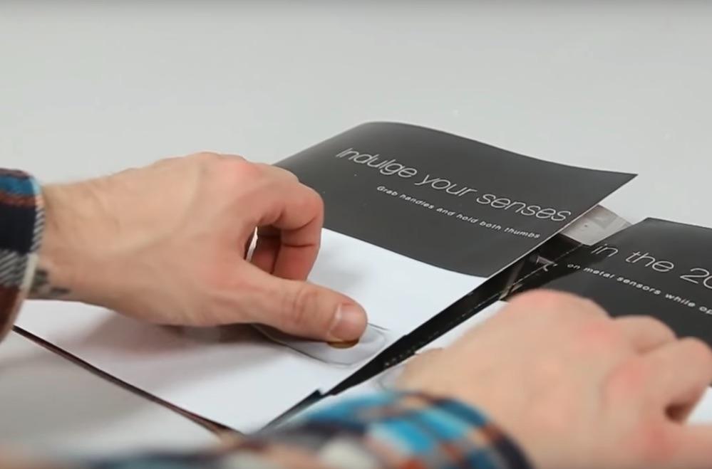 Toyota встроила в печатную рекламу сенсорную 3D-модель салона