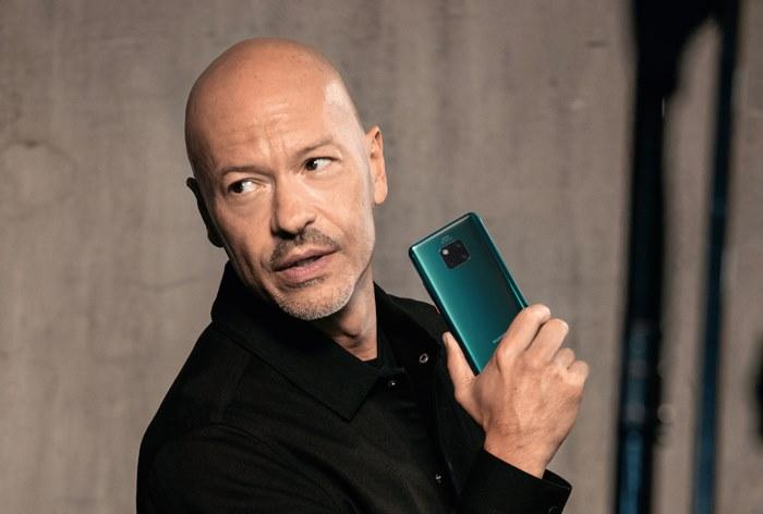Федор Бондарчук дал видеоинтервью Forbes в рекламе Huawei