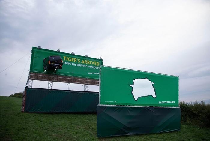 Букмекер Paddy Power поприветствовал Тайгера Вудса билбордом с разбитой машиной
