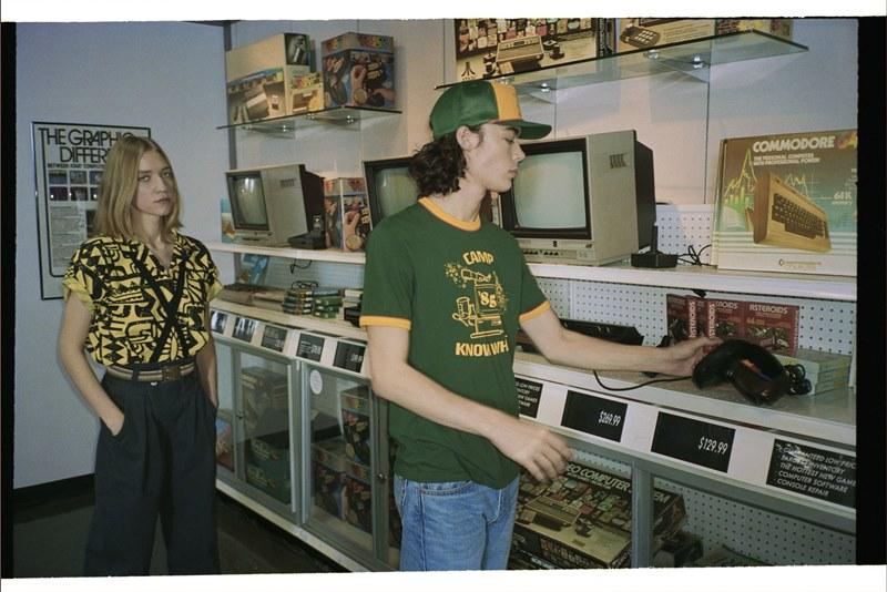 Одежда из 80-х, «Монополия» с особыми правилами и ретро-кола: реклама брендов к премьере нового сезона «Очень странных дел»