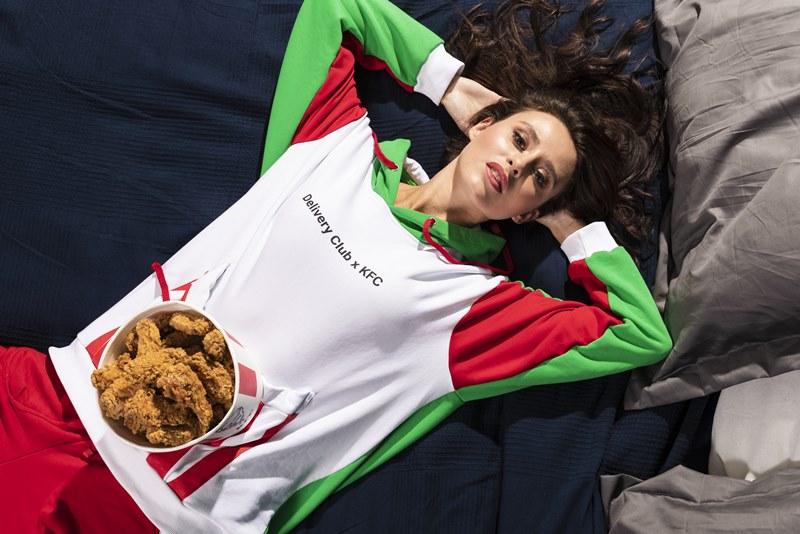 KFC и Delivery Club отметили год партнерства пижамой с карманом для баскета