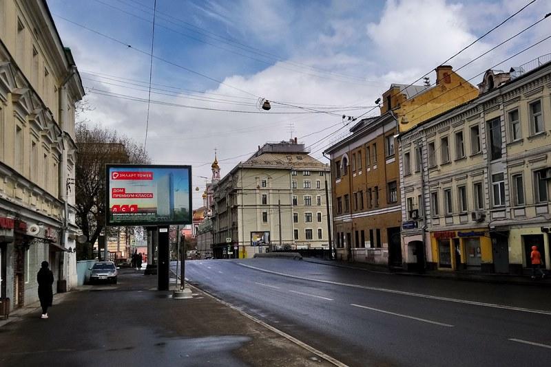 Со щитом или на щите. Что рекламирует московская наружка на самоизоляции